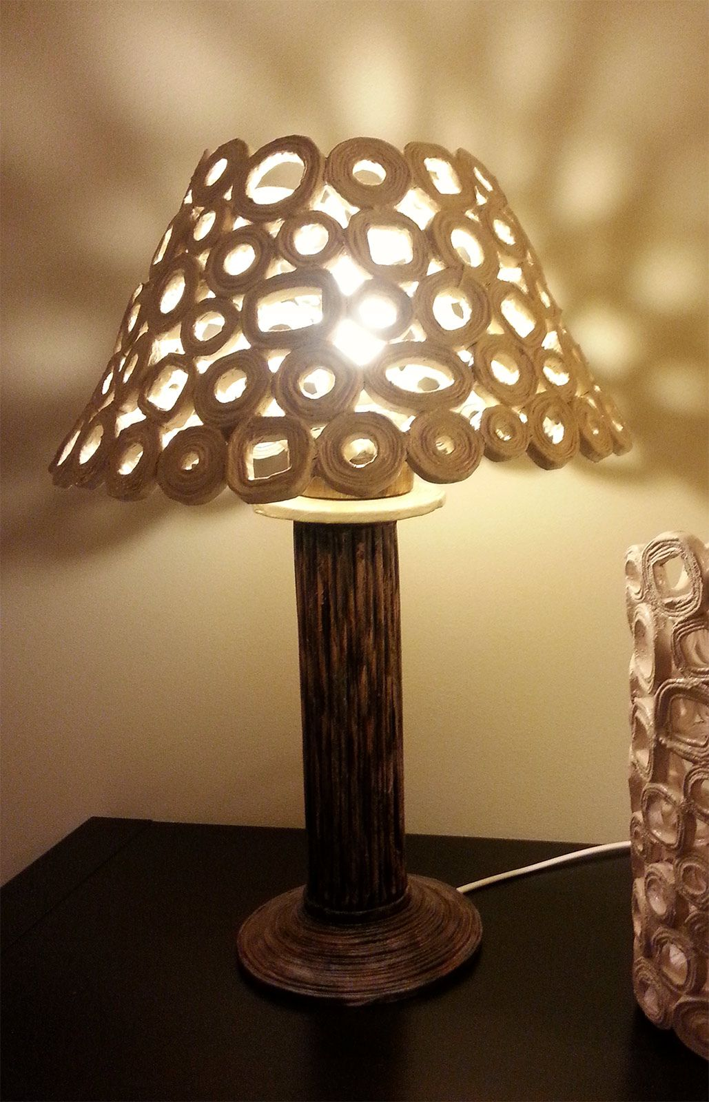 lampada da tavolo: paralume con carta da riciclo