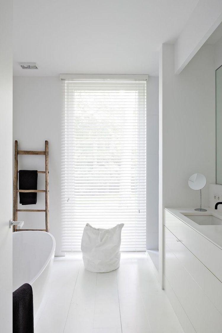 kleines bad gestalten weiss minimalistisch schlicht reduziert leiter frisuren. Black Bedroom Furniture Sets. Home Design Ideas