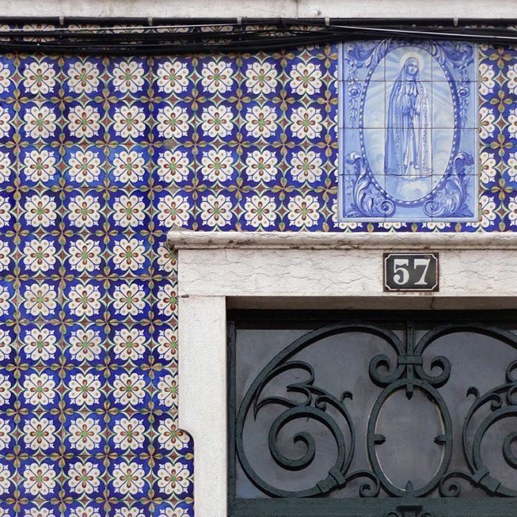 #azulejo #azulejos #tile #tiles #glazedtiles #design #pattern #patterns #patternedtiles #urban #art #urbanart #azulejoportugues #portuguesetiles #azulejospadrao #amantedelosazulejos #azulejosdeportugal #azulejocollector #portugal_lovers #wanderlust #igersportugal #travel #lisboa #portugal #streetphotography #urbex #gerador #architecture #p3top #vintage