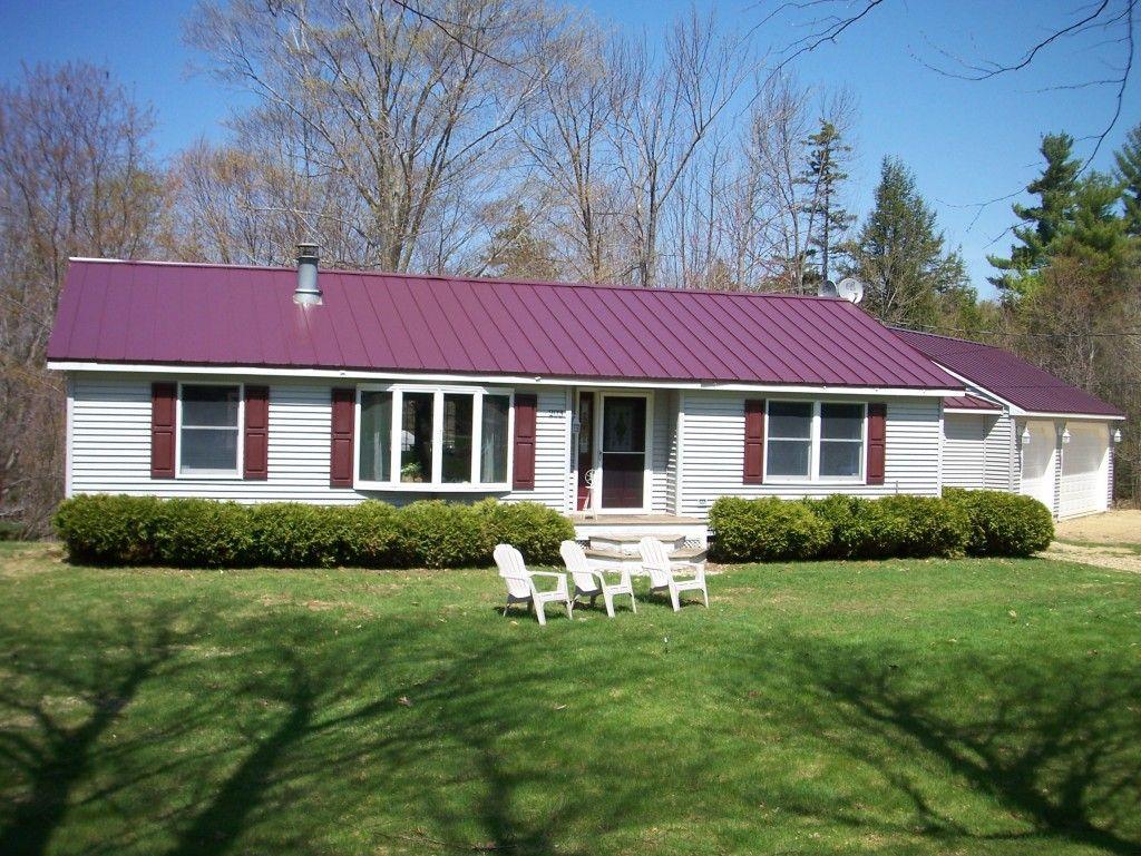 foto de modelo de casa de un piso de madera rstica pintada blanca y techo burdeo