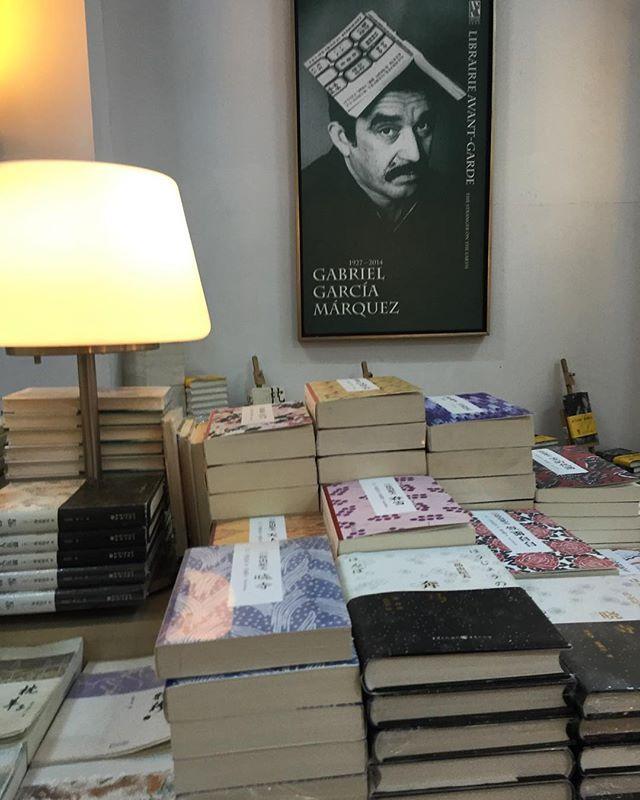 Gabo tem lugar de destaque na livraria. Foi aqui na China que finalmente consegui ler Cem Anos de Solidão e me rendi à magia da escrita desse autor. Não vejo a hora de poder ler mais livros dele!!! #marinachina #nanjing #china #gabo #gabrielgarciamárquez #livraria #librarieavantgarde