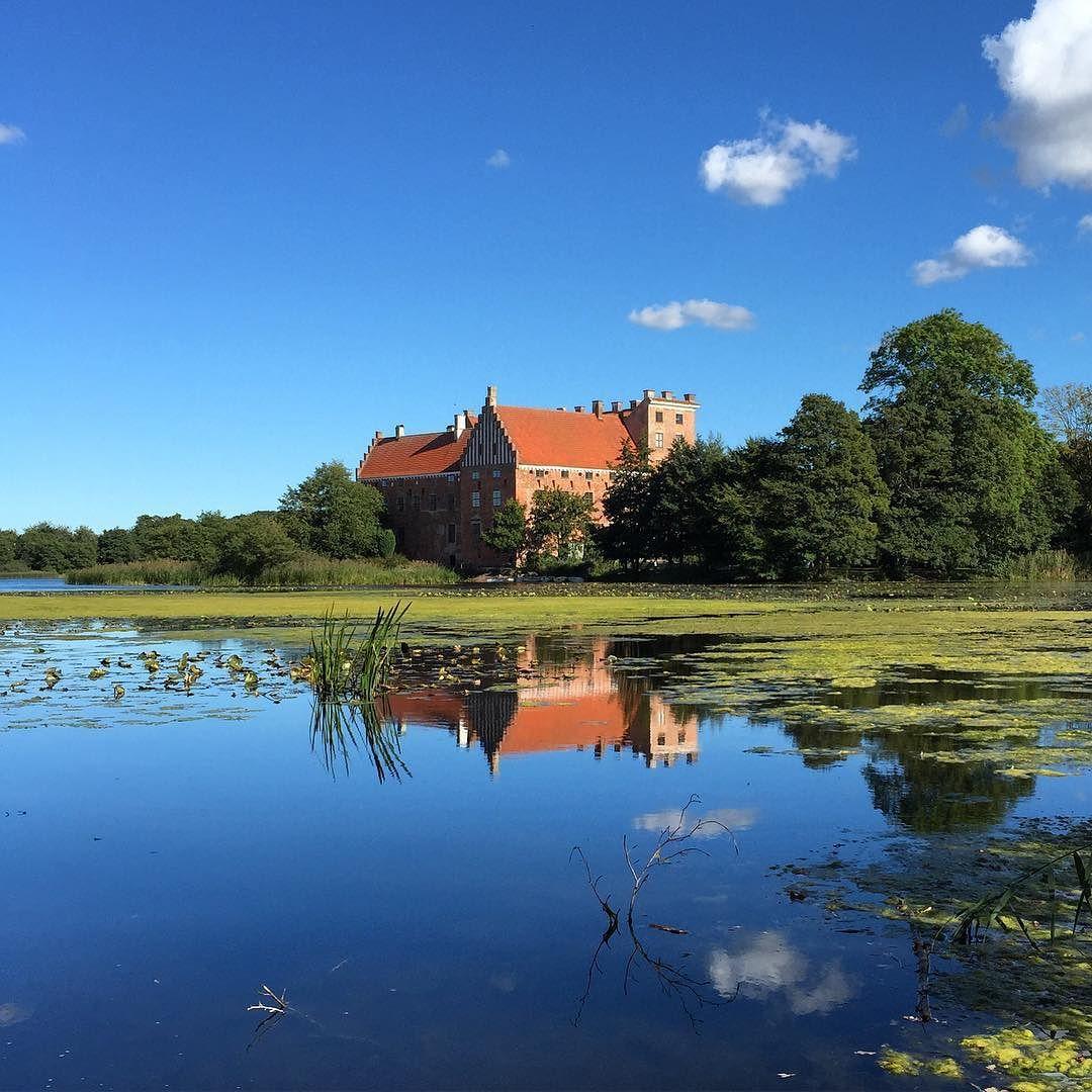 #beautifulskåne #beautiful #svaneholmslot #svaneholm #svaneholmsslott #skurup #skåne #sweden #sverige #sky #bluesky by sladefoged