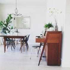 Fall in love with this wonderful mid-century dining room lighting designs and get inspired | www.diningroomlighting.eu #diningroomlighting #diningroomdecor #diningroomlamps #midcenturydiningroom #diningroomchandelier
