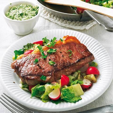 Steak auf lauwarmem Salat mit Zitronen-Kräuter-Butter | BRIGITTE.de