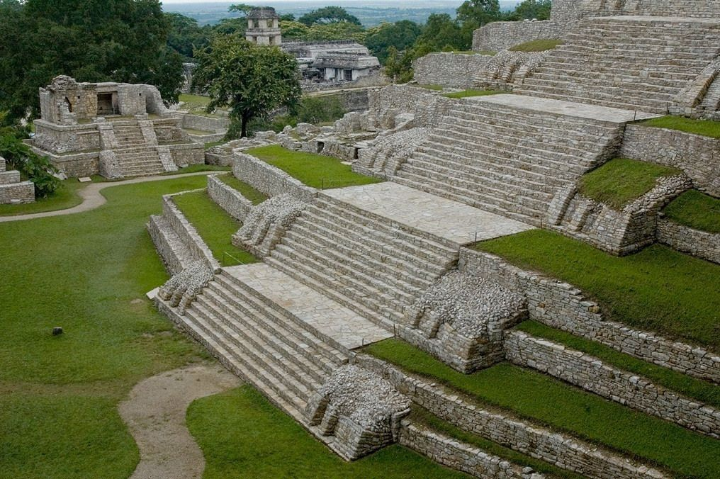 The ancient holy city of Palenque , located in the northern state of Chiapas, is one of the most important tourist destinations of the state