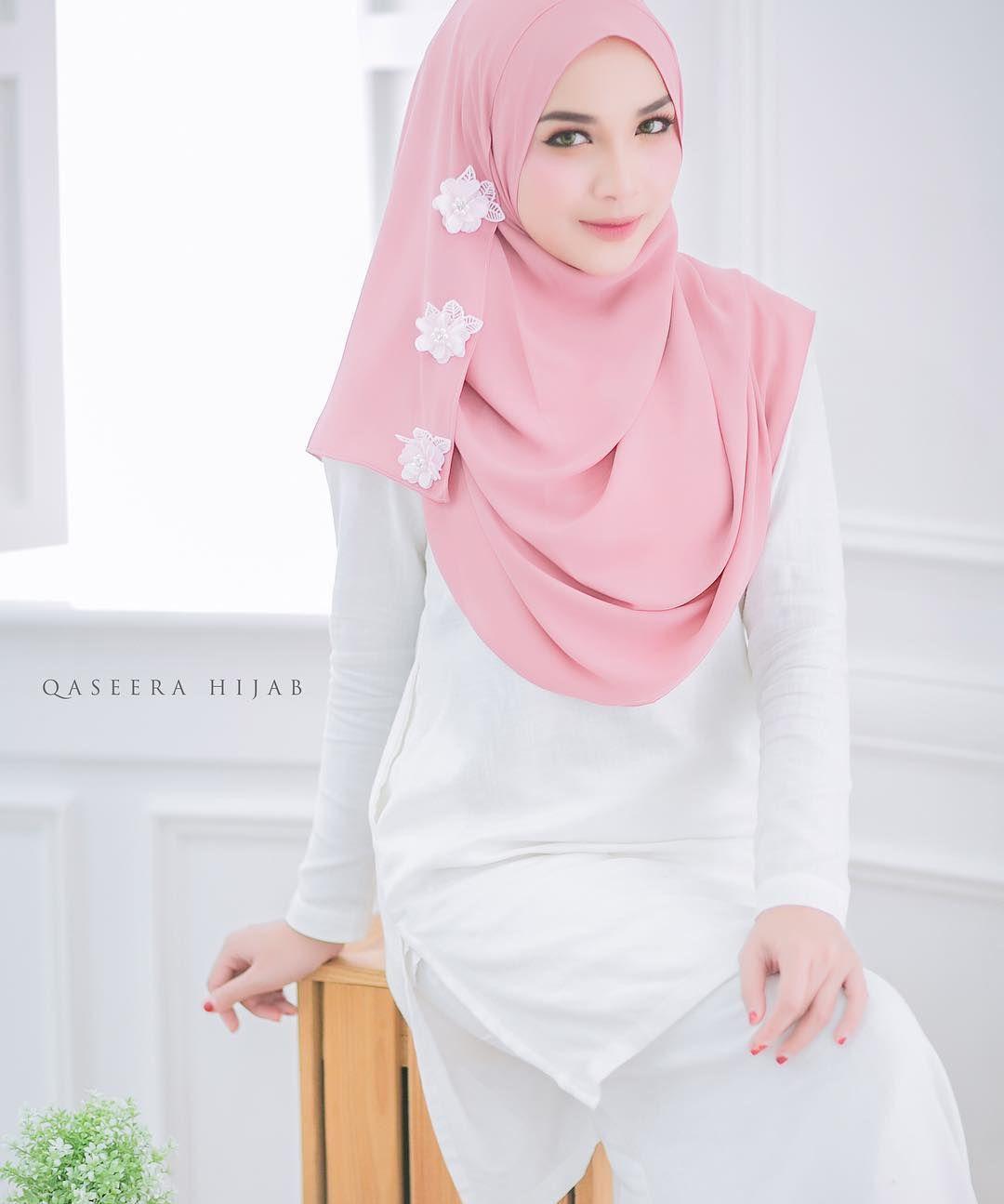 Photoshoot For Qaseerahijab Model By Shazlinaabdullah Photographer Zaskia Mecca Fadele Hijab Pink Muslimah Fashion Photography Butik Malaysia Hijabstyle Muslimahdress Hijabfashion Makeup Mua Womensfashion Ootd