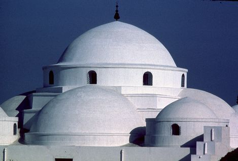 Under the Almohads and the Hafsids, from the 12th to the 16th century, Tunis was considered one of the greatest and wealthiest cities in the Islamic world. Some 700 monuments, including palaces, mosques, mausoleums, madrasas and fountains, testify to this remarkable past.