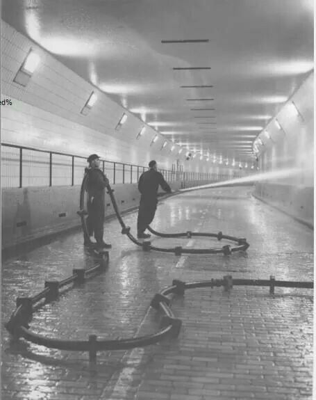 1957 reiniging van de Maastunnel Door de ROTEB ..