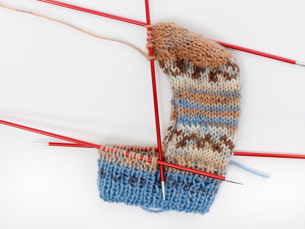 Socken geschlagen für Dummies – eine Anleitung inkl. Größentabelle  – Stricken