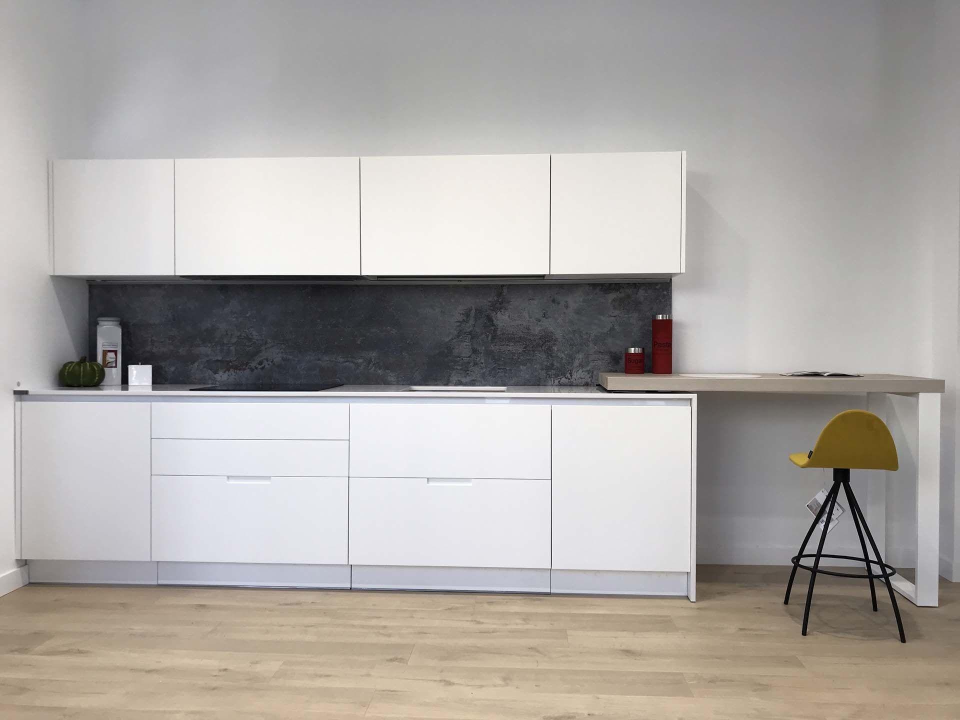 Cocina Minimalista Lacada Blanca Mate Con Tirador Cairo Esta  ~ Limpiar Muebles De Cocina De Formica Mate