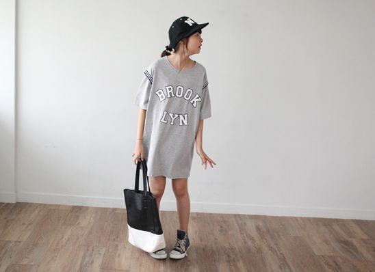 Today's Hot Pick :ロゴ入りオーバーフィットワンピース http://fashionstylep.com/P0000SNU/gobubble/out スリーブの切替ラインがスポーティーな雰囲気を放つワンピースです。 着やすいコットン生地を採用し、デイリーに活躍してくれそうな1枚◎♪ フロントのロゴプリントでカジュアル