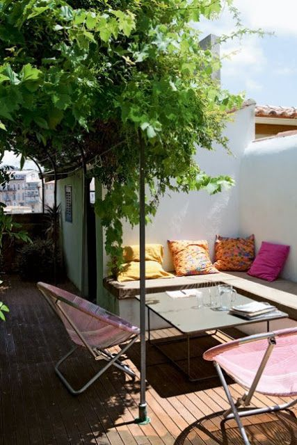 jolie terrasse en ville avec le sol en bois et une superbe glycine on aime les touches color s. Black Bedroom Furniture Sets. Home Design Ideas
