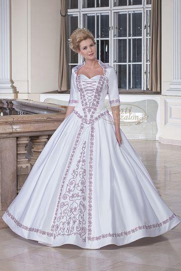 748b543e0b 110- klasszikus menyasszonyi ruha, hagyományos zsinórmotívummal díszítve