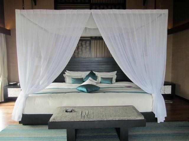 Romantisches schlafzimmer mit himmelbett gestalten