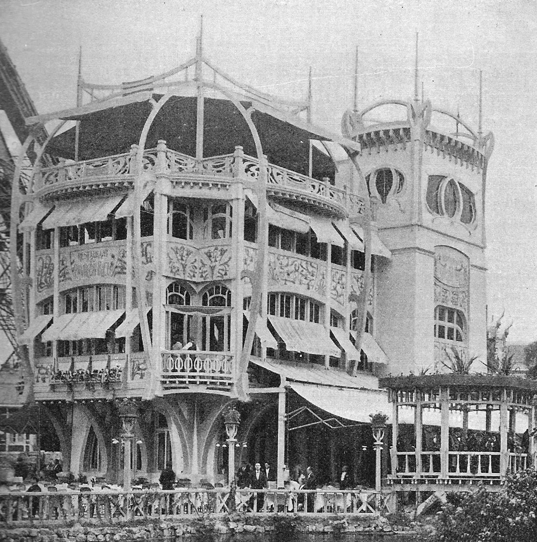 exposition universelle de paris 1900 sous la tour eiffel le pavillon bleu est la premi re. Black Bedroom Furniture Sets. Home Design Ideas