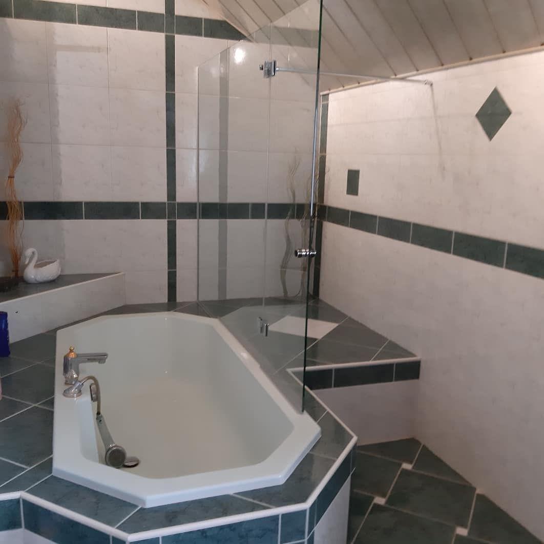 So Kann Man Auch Badewannen Zu Tollen Duschbereichen Umstylen Fixglas Mit Nach Innen Klappbarer Glasture Wir Haben An Alles Gedacht With Images Bathtub Bathroom