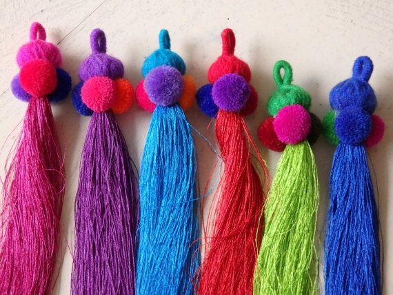 Borla pompom tailandés - una sedosa borla con cabezal de hilo de lana y pompones para encanto del bolso, accesorios, boho, borlas étnicas, elige tu color!