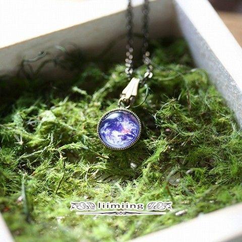 惑星を宝石のように詰め込んだペンダントトップのネックレスです。 金古美色のチェーンと、アンティークガラスのような惑星が非常に相性が良く、どのような服装にも合わせ