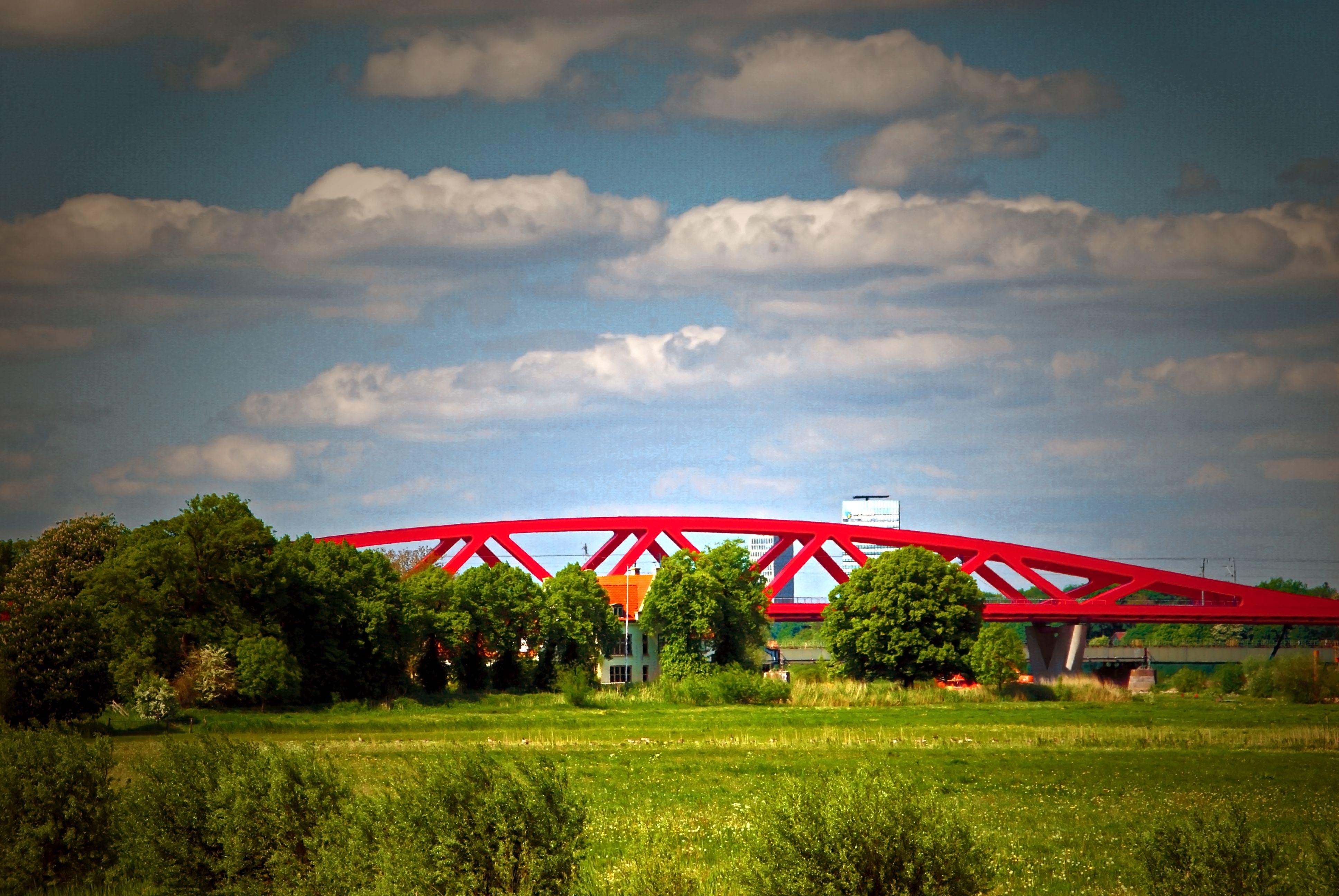 Big Red Railway bridge (Hanzeboog) crossing the IJssel river between Zwolle and Hattem. Photo: Egwin Frieling