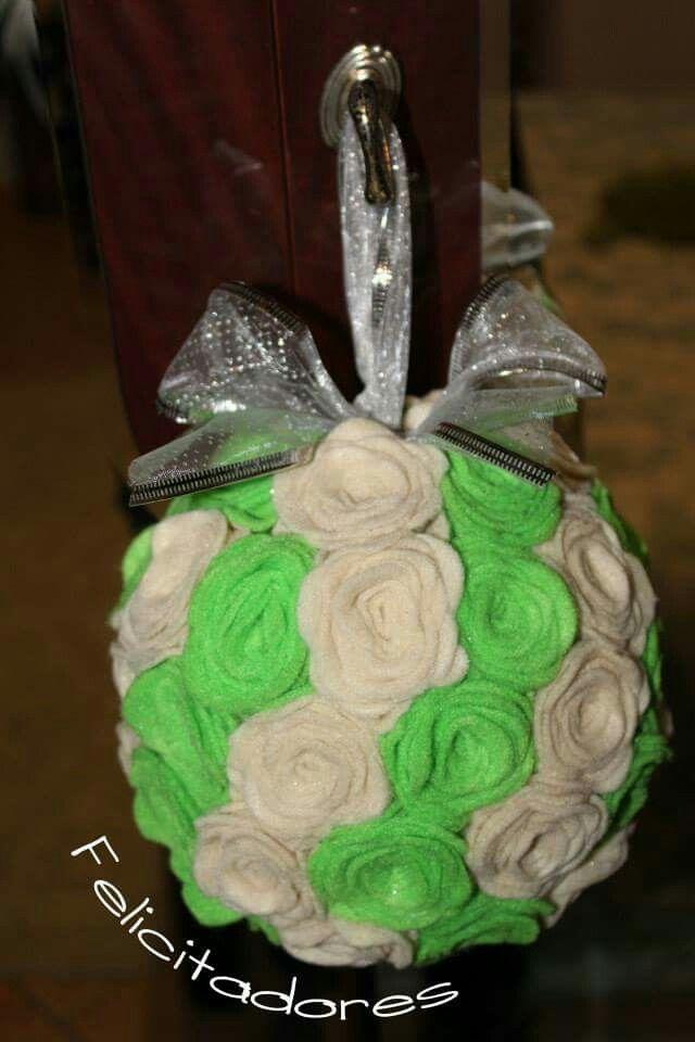 Palla di feltro decorativa... verde e avorio...