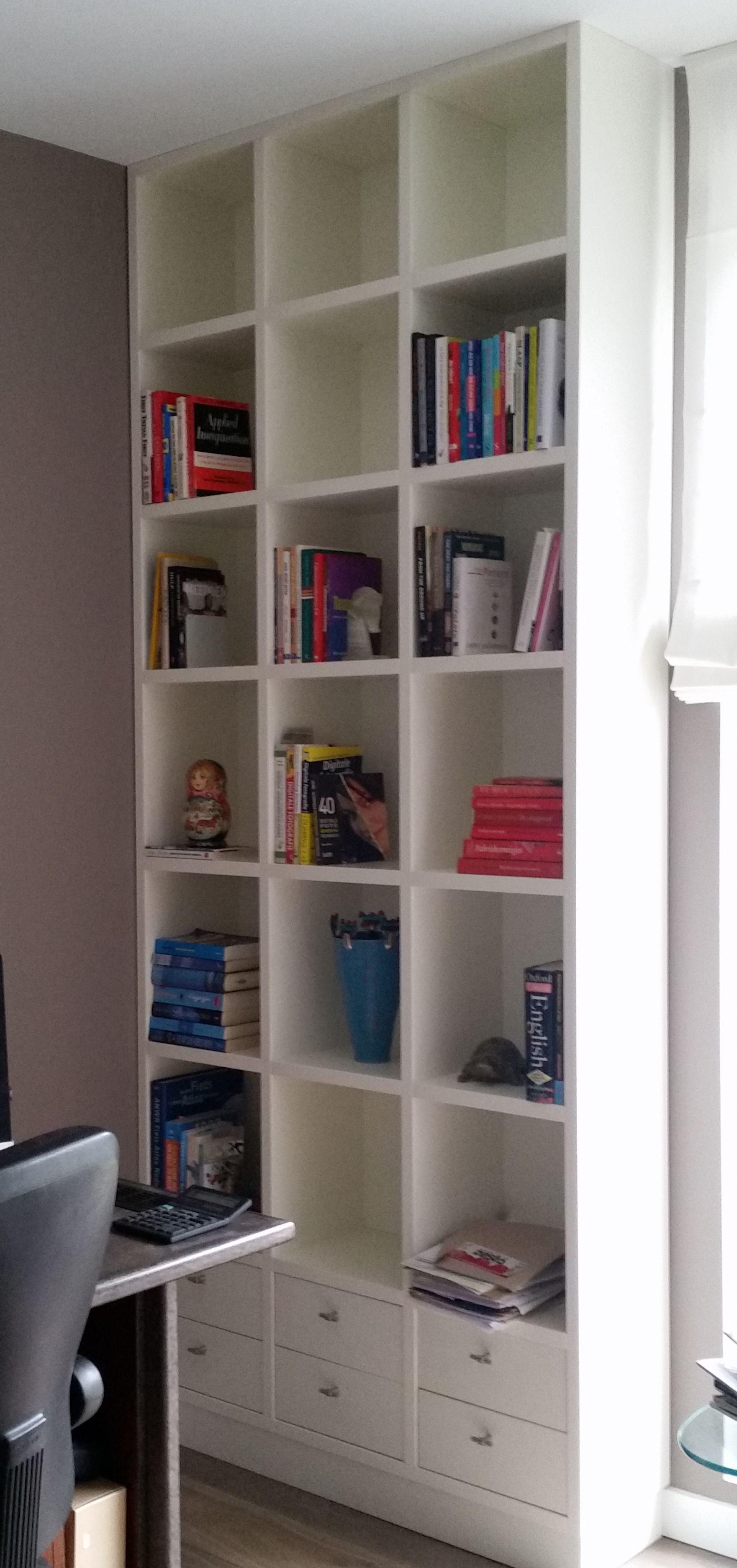 Boekenkast strak tussen vloer en plafond. Dik materiaal, beplakt met ...