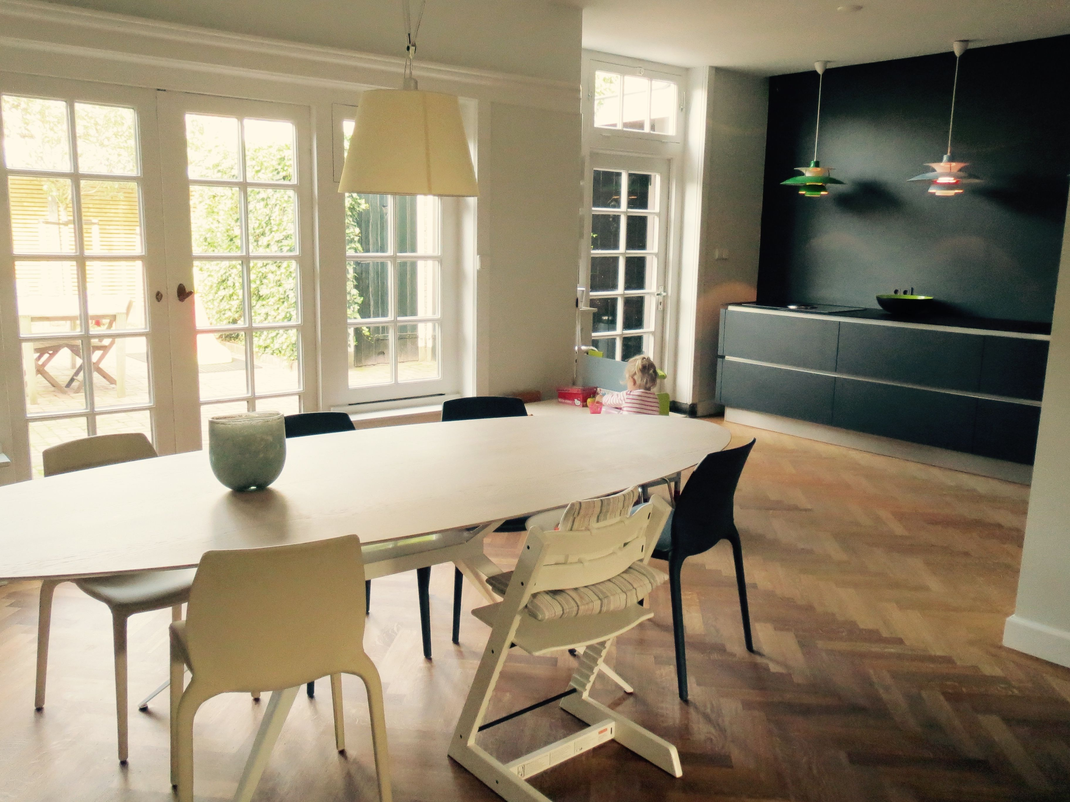 Jaren 30 Huis Open Kitchen In Black Herringbone Floor Oval