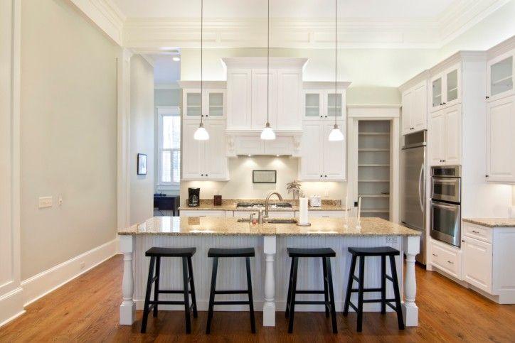 Weiße Küche mit warmen harten Holzfußboden und großen Insel | 33 ...