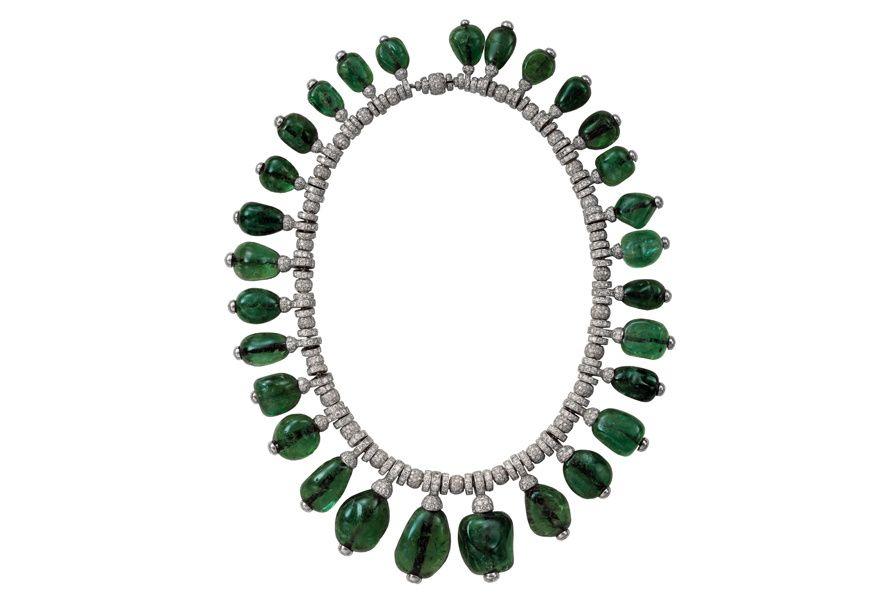 Collier en diamants et cabochons d'émeraudes, porté par Merle Oberon. Cartier London, 1938 http://www.vogue.fr/joaillerie/a-voir/diaporama/cartier-exposition-bijoux-20eme-siecle-au-denver-art-museum/21169/image/1112821#!collier-en-diamants-et-cabochons-d-039-emeraudes-porte-par-merle-oberon-cartier-london-1938-collection-privee