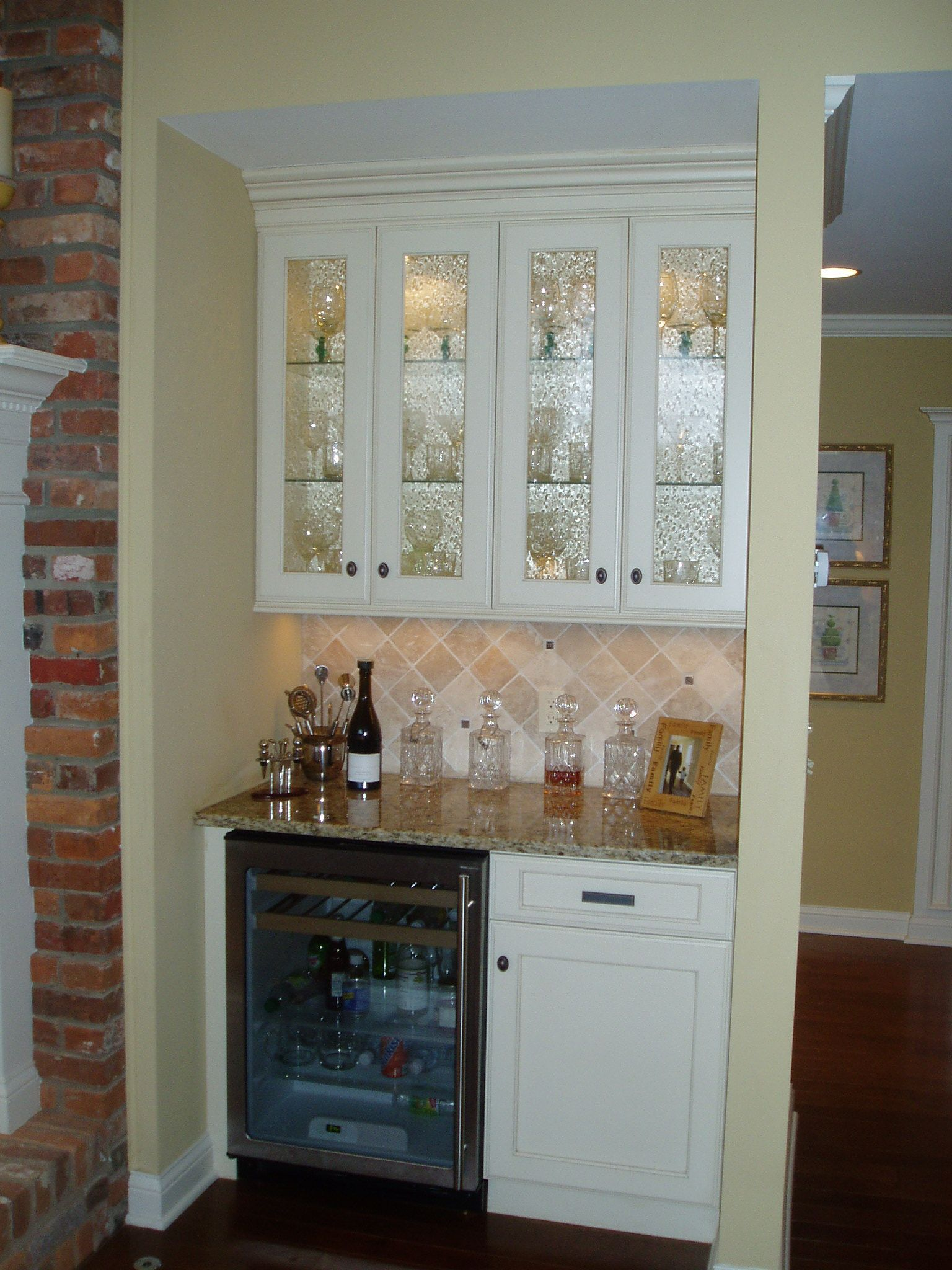Custom kitchen cabinets columbus oh - Holiday Kitchens Cabinets With Nantucket Painted Finish And A Latte Wash With Seeded Glass Doors