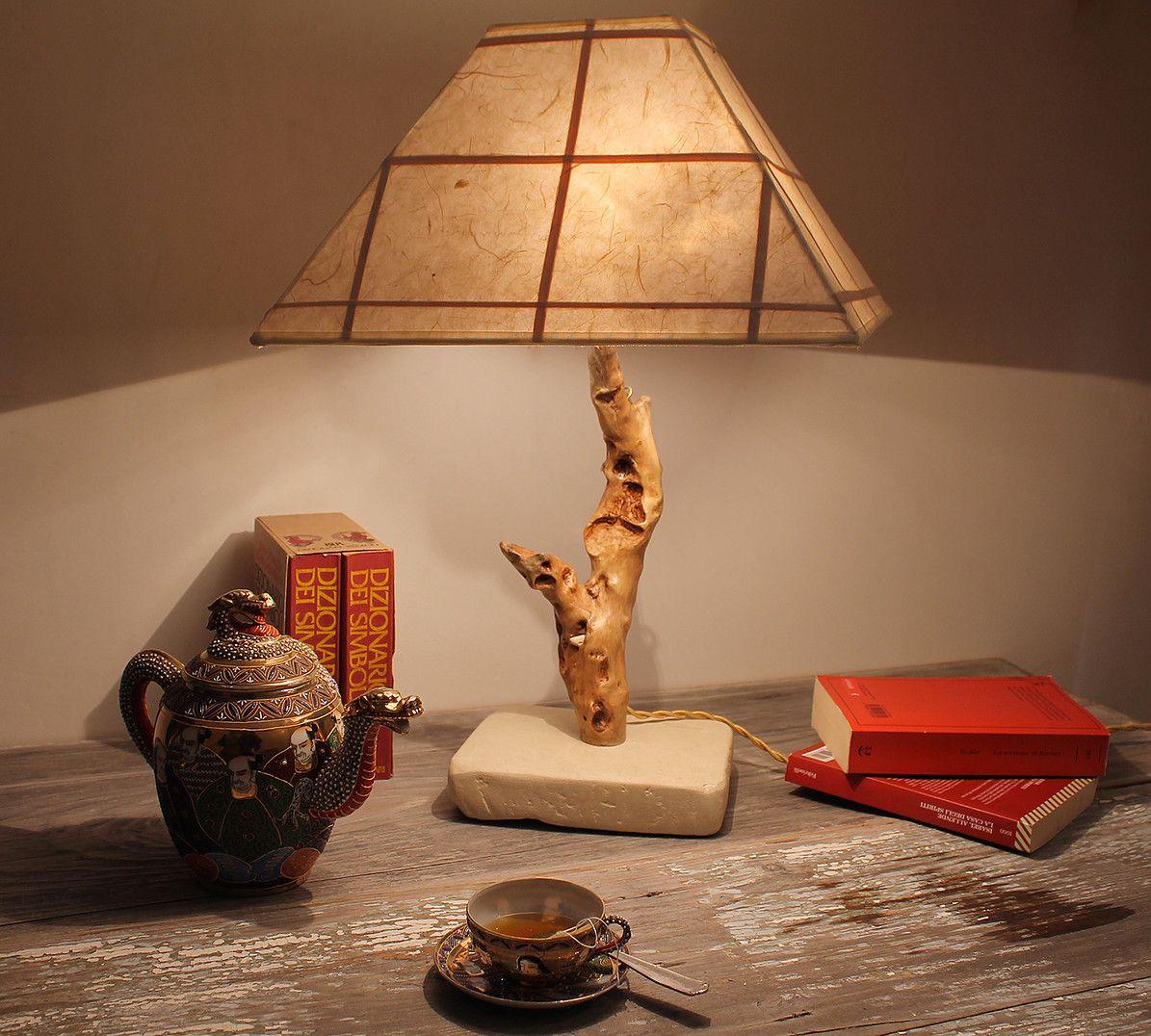 Oriente lampada da tavolo in legno di mare con base in pietra leccese sagomata a scalpello - Tavolo con base in pietra ...