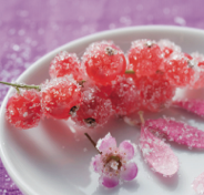 Fruits with a firm skin that covers them completely, such as grapes and currants are perfect for crystallizing and being used as a classy decoration. PIN if you agree!