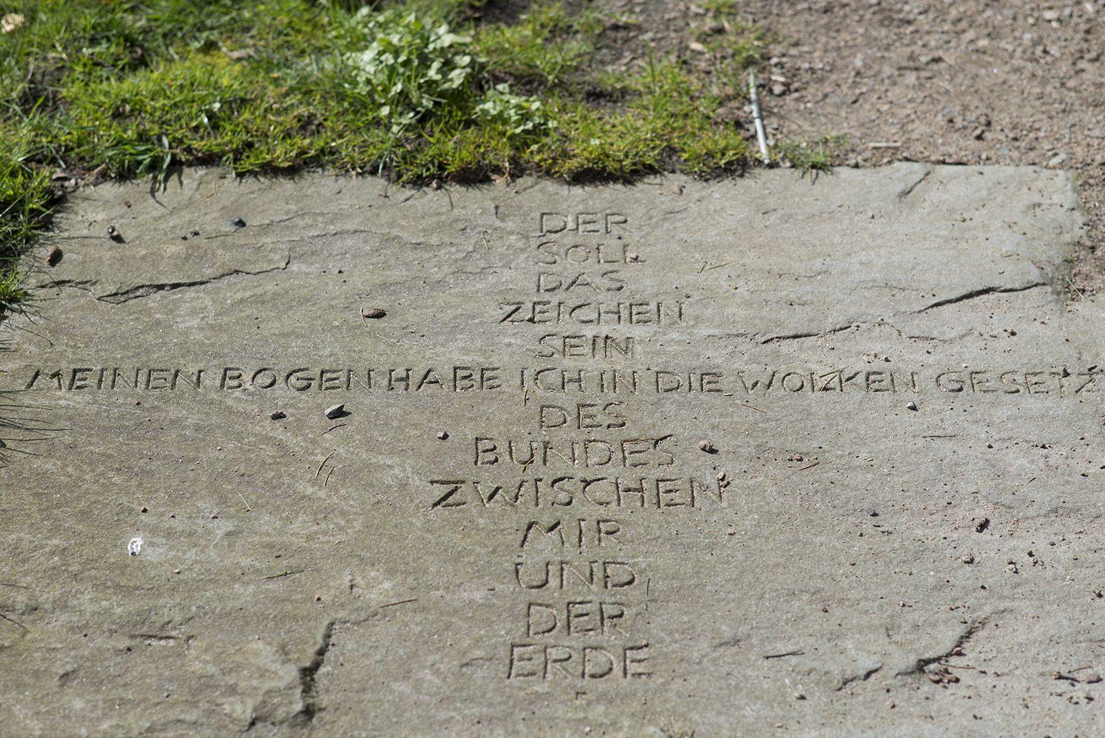 """#Schleswig Neun Steintafeln mit eingemeißelten Prophetenworten wurden in den Boden des Gartens eingelassen und bilden einen """"Weg aus Worten""""."""