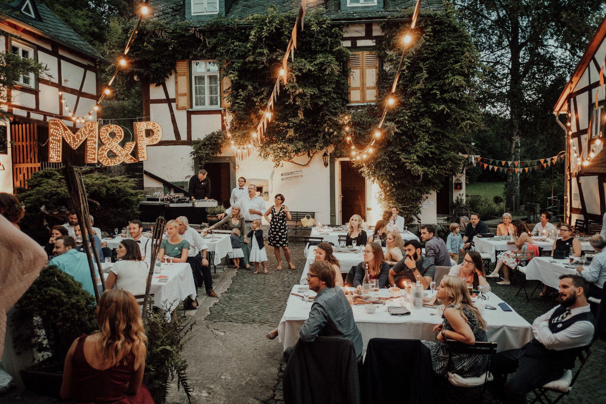 Traumhafte Location Muhlenhochzeit In Nrw Unter Freiem Himmel Sommerhochzeit Im Bohostil Boh Hochzeit Location Hochzeitslocation Hochzeitslocation Hessen