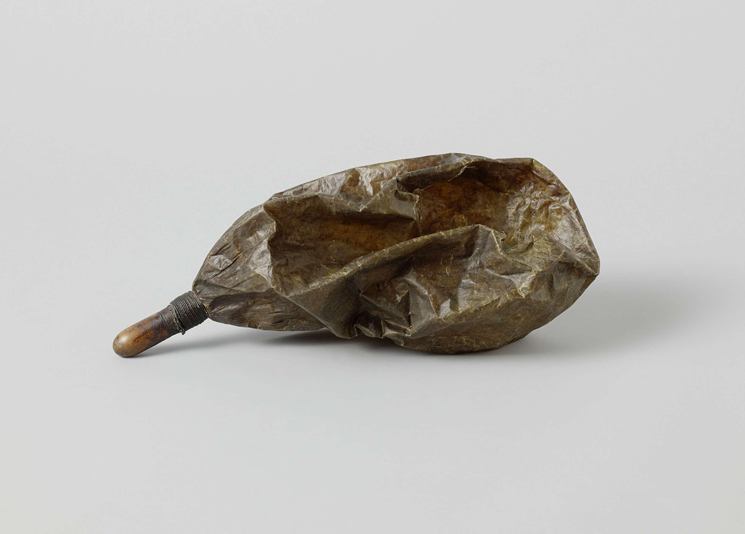 A. Scheerboom | Floating balloon, A. Scheerboom, c. 1826 | Ballon van geoliede blaas, aan een eind samengebonden rond een houten kokertje, het mondstuk, dat afgesloten is met een afgeronde houten dop.