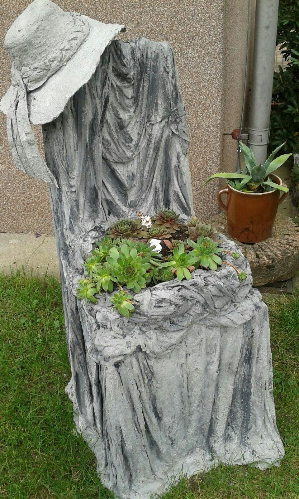 Ville Con Giardini Rocciosi planter made of old sheets and cement – crochetingneedles