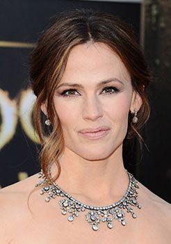 Actress Jennifer Garner wears jewelry from the Neil Lane