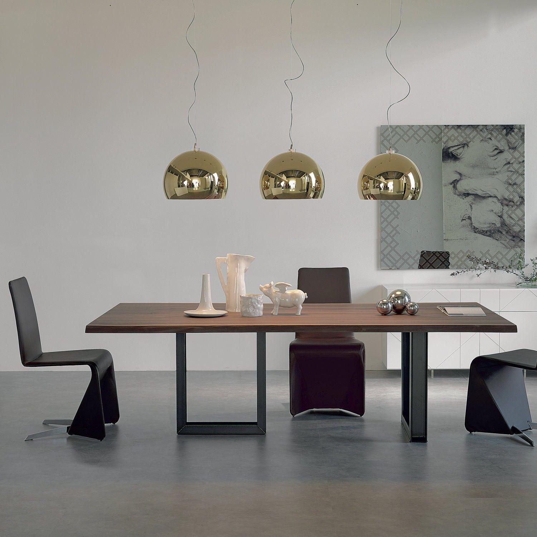 Tavolo con gambe in ferro e piano in legno massello Sigma. Notare le ...