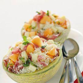 Dalla classica a quella con il pesce, ma anche con ananas, cuori di palma o nel melone... tante tipologie diverse di un piatto fresco e leggero data-pin-do=