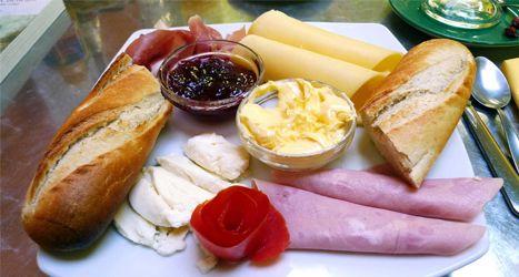 Desayuno en brasil pan mantequilla queso fresco for Desayuno frances tradicional