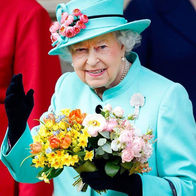 E sono 91 oggi!  Auguri Queen Elizabeth che festeggia oggi e anche a giugno. Questo è uno degli strani privilegi della regina Elisabetta. Un altro è poter guidare senza patente. Link in bio per scoprire tutti i suoi prerogative powers  #MCInstanews #QueenElizabeth #BritishRoyalFamily #GodSavetheQueen #ReginaElisabettab ( @gettyimages )  via MARIE CLAIRE ITALIA MAGAZINE OFFICIAL INSTAGRAM - Celebrity  Fashion  Haute Couture  Advertising  Culture  Beauty  Editorial Photography  Magazine Covers…