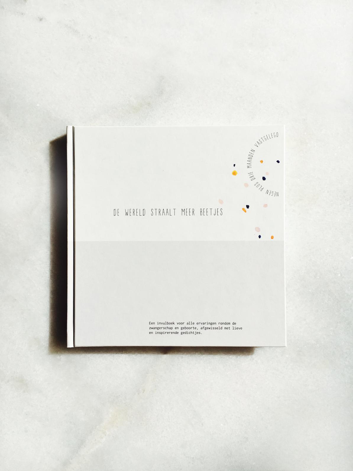 Gewoon JIP.  |Babyboek  €25,00 |  De wereld straalt meer beetjes | Hét invulboek voor alle ervaringen rondom de zwangerschap en geboorte, afgewisseld met lieve en inspirerende gedichtjes.  In het boek is volop ruimte voor foto's, het opschrijven van ervaringen, leuke reacties en veel meer.  Een leuk cadeautje voor jezelf of voor iemand in je omgeving die een kindje verwacht!