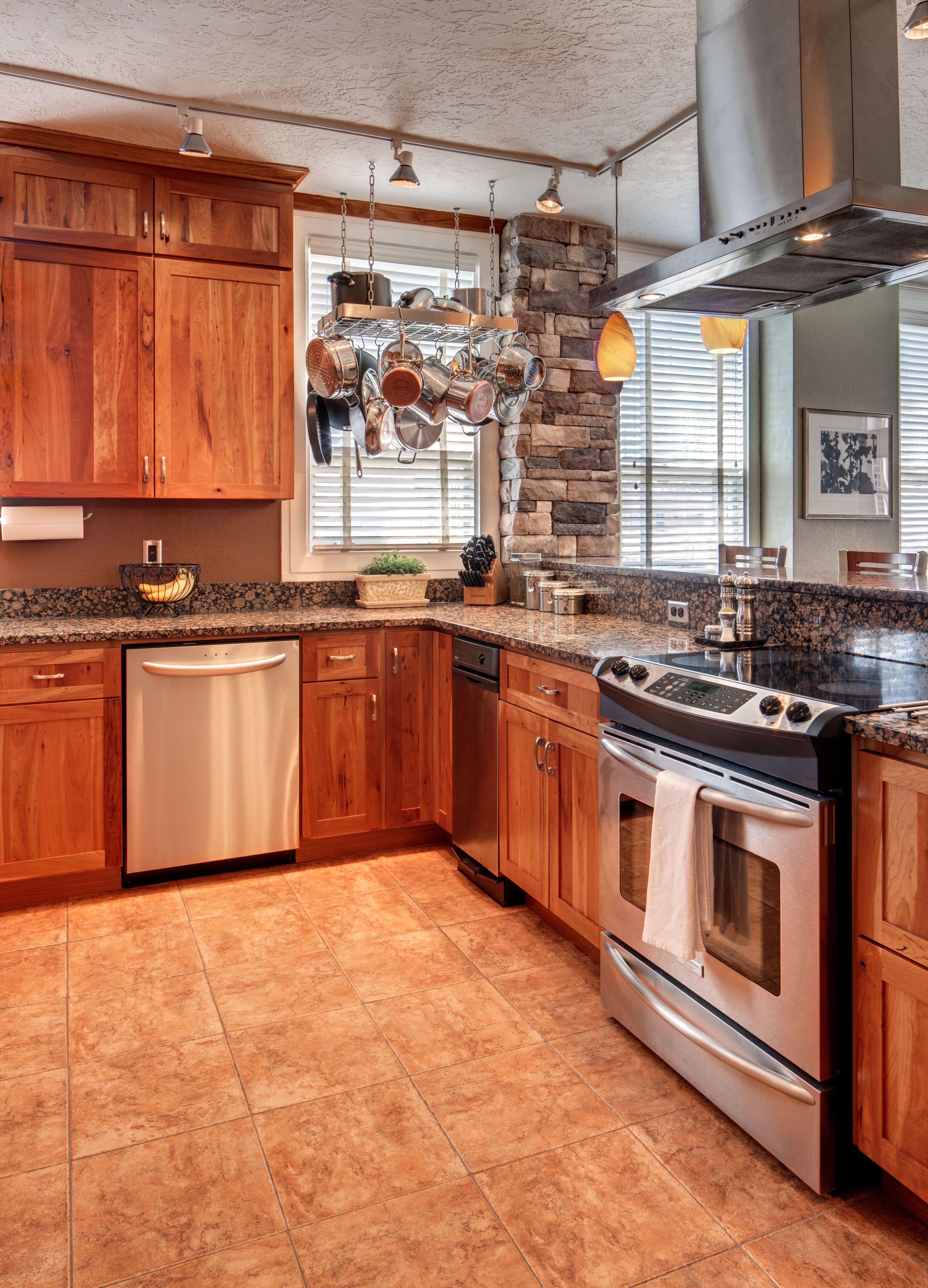 Crown Cabinets Clearcreek Knotty Cherry Natural Rustic Remodel Classic Kitchen Design Crown Cabinets
