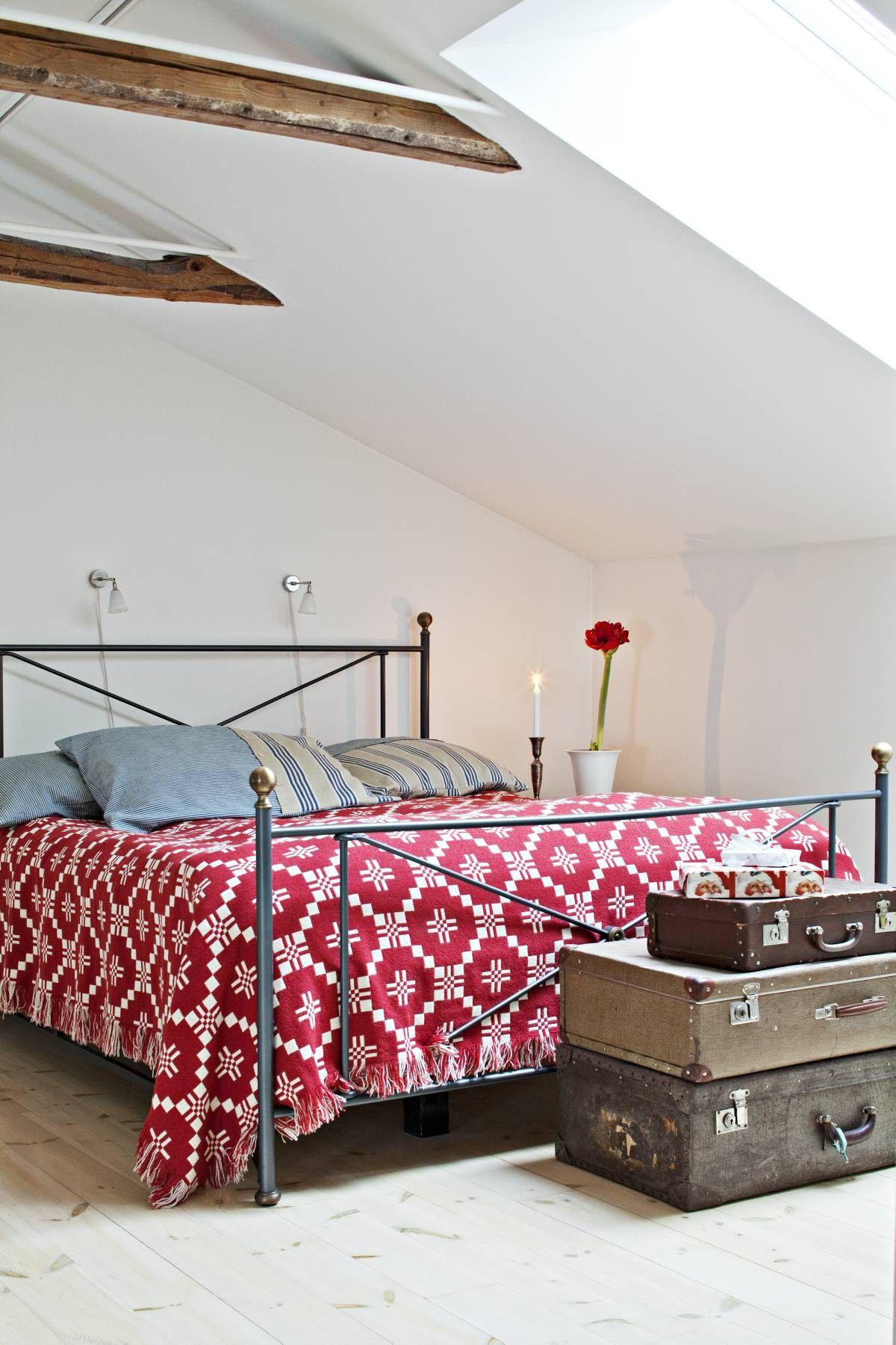 Tuulan ja Tomasin sängyn edustalla komeilee vanhoja matkalaukkuja. Niitä on kerätty vuosien mittaan kirppiksiltä.