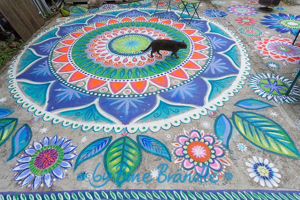 Beton Boden Mit Riesigen Mandala Blumen Und Blattern Verziert Meiner Katze Gefallt Es Ideal Um Langweilige Terrassen Und Beto Kreativ Mandala Blumen Basteln