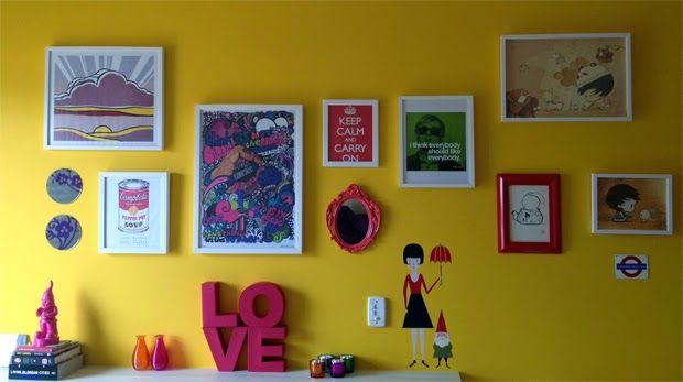 6bf03fffc Composição pop de quadro na parede amarela pra quem curte cores. Casinha de  Retalhos  Cores