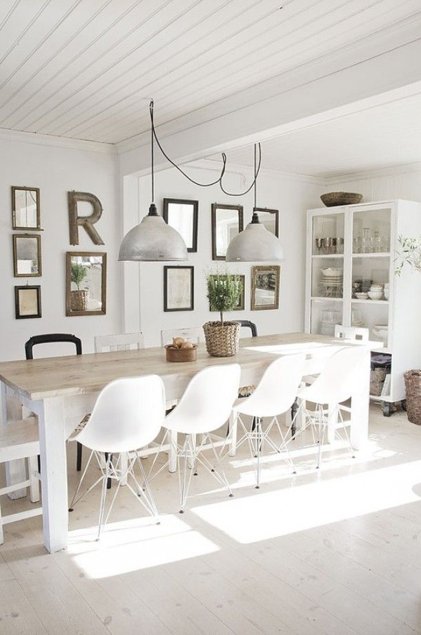 Modernes Design Landhaus Esszimmer Mit Eames Chairs. Weiß Monochrom
