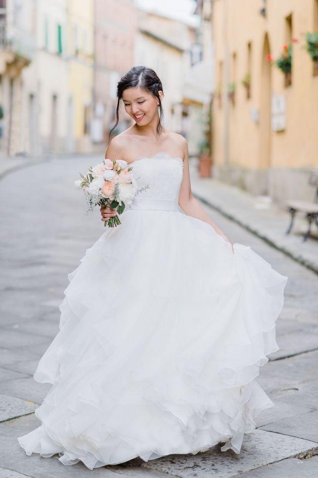 55a069423cad09 Een prachtige bruid in de straten van Toscane  bruiloft  trouwen   inspiratie  trouwjurk  bruidsjurk  bruidsjapon  strapless  zonder  bandjes   wedding  dress ...