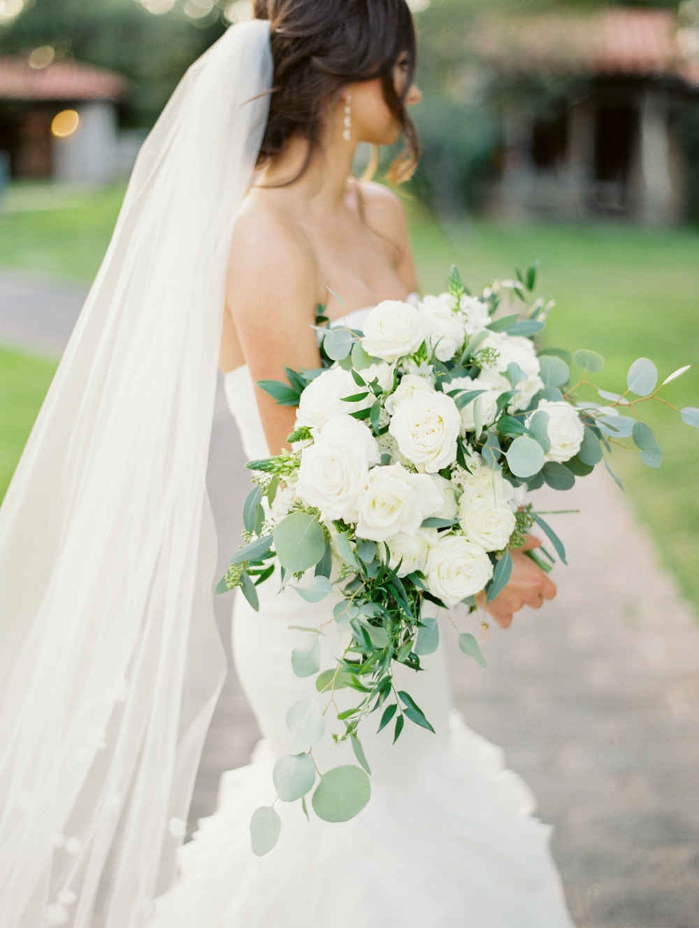 A Classic White and Greenery Wedding with Rustic Charm #whiteweddingflowers