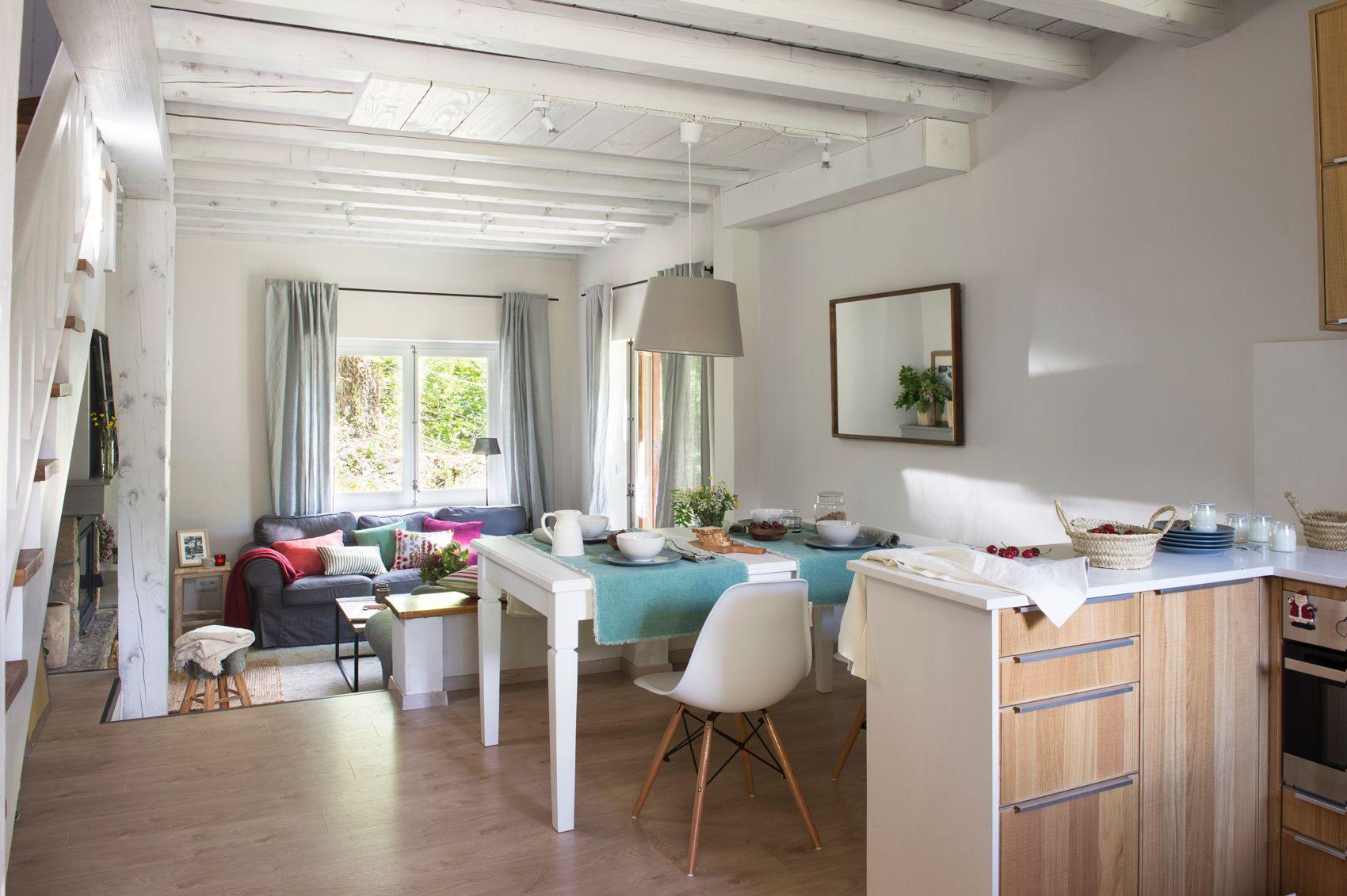 Cocina con barra y taburetes con paredes revestidas en madera 00445023