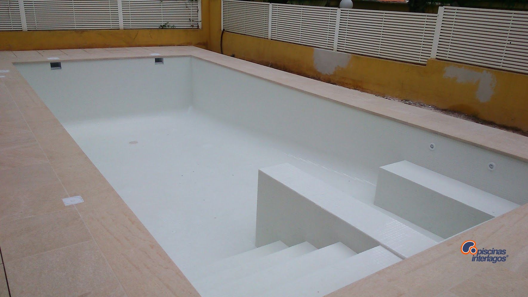 piscina realizada con gresite en blanco y corona en gres